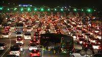 Polisi memberlakukan sistem satu arah dari Tol Cipali hingga Palikanci dan Brebes. Foto (Liputan6.com / Panji Prayitno)