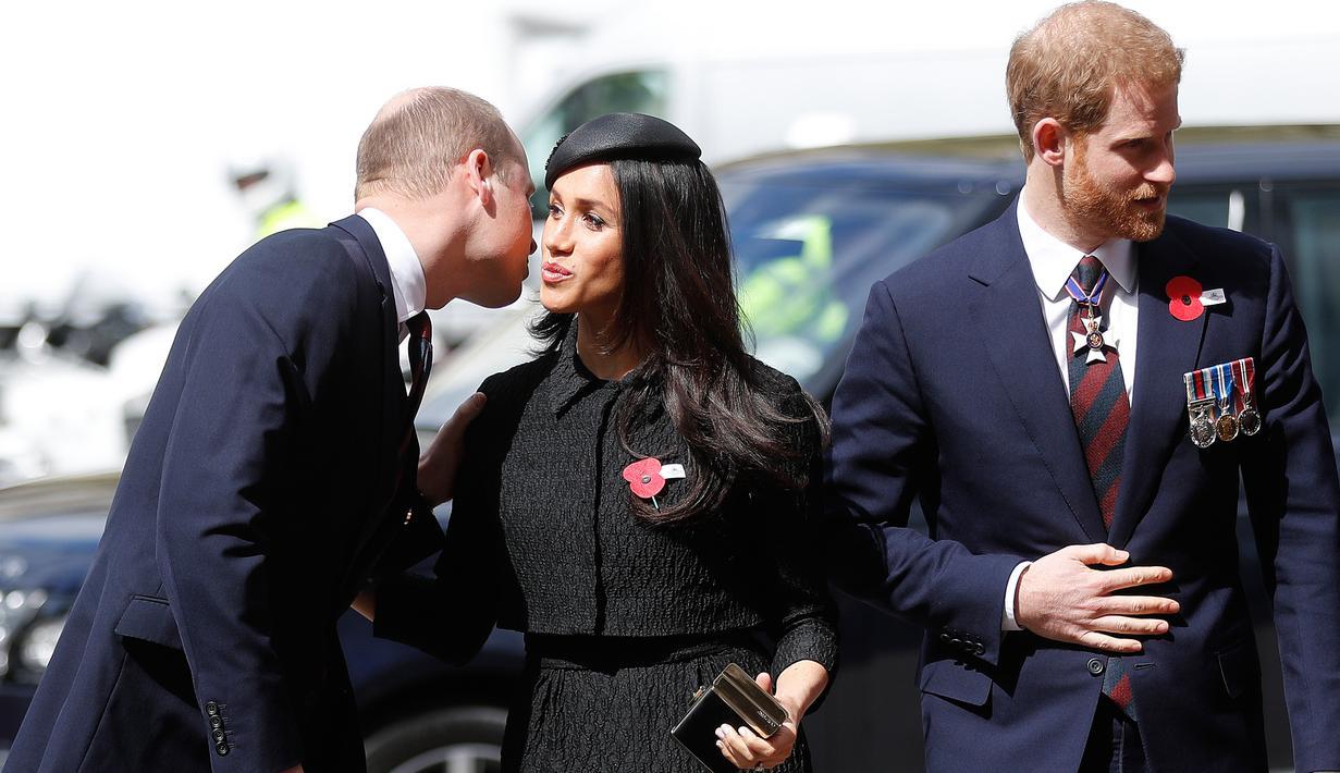 Pangeran William memberi kecupan di pipi calon adik iparnya, Meghan Markle saat kebaktian Anzac Day di Westminster Abbey, London, Rabu (25/4). Ini menjadi pemandangan langka yang jarang terlihat dari anggota keluarga Kerajaan Inggris. (AP/Frank Augstein)