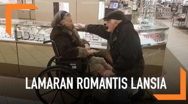 Seorang kakek melamar istrinya secara romantis untuk kedua kalinya. Pasangan ini diketahui telah menikah selama lebih dari 63 tahun.