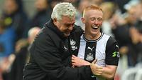 Pelatih Newcastle, Steve Bruce, merayakan gol yang dicetak Matthew Longstaff ke gawang Manchester United pada laga Premier League di Stadion St James Park, Newcastle, Minggu (6/10). Newcastle menang 1-0 atas MU. (AFP/Paul Ellis)
