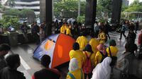 Puluhan mahasiswa yang tergabung dalam Badan Eksekutif Mahasiswa Universitas Indonesia (BEM UI) menggelar aksi dengan mendirikan tenda di depan Kantor Komisi Pemberantasan Korupsi (KPK) Jakarta, Selasa (27/1/2015). (Liputan6.com/Herman Zakharia)