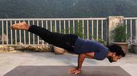 Pose burung merak dalam yoga untuk meningkatkan sistem pencernaan.