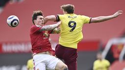 Bek Manchester United, Victor Lindelof, duel udara dengan pemain Burnley, Chris Wood, pada laga Liga Inggris di Stadion Old Trafford, Minggu (18/4/2021). MU menang 3-1 Burnley. (Stu Forster/Pool via AP)