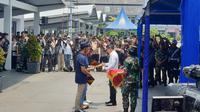Menkes Terawan memberikan sertifikat sehat kepada ABK World Dream di Jakarta. (Liputan6.com/Nanda Perdana Putra)