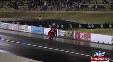 Pemandangan lucu terjadi dalam balap drag race Thunder 400 di Perth, Australia, pada 23 Februari 2016 lalu.