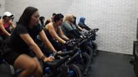 Baru 10 menit pertama saja, keringat mengucur deras di kelas sepeda statis Pro-Cycling. (Liputan6.com/Dinny Mutiah)