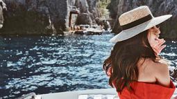Lihat betapa indahnya pemandangan di Amalfi Coast ini. Pemandangan di Italia ini semakin sempurna dengan penampilan Nikita Willy yang cantik dalam balutan busana berwarna merah. (Foto: instagram.com/nikitawillyofficial94)