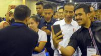 """Peserta berswafoto dengan Presiden Joko Widodo saat acara bertajuk """"Young On Top NationalConference (YOTCN), Jakarta, Sabtu (25/8). Kegiatan diharapkan dapat memberikan masukan bagi generasi muda dalam meniti masa depan. (Liputan6.com/Pool/Ist)"""