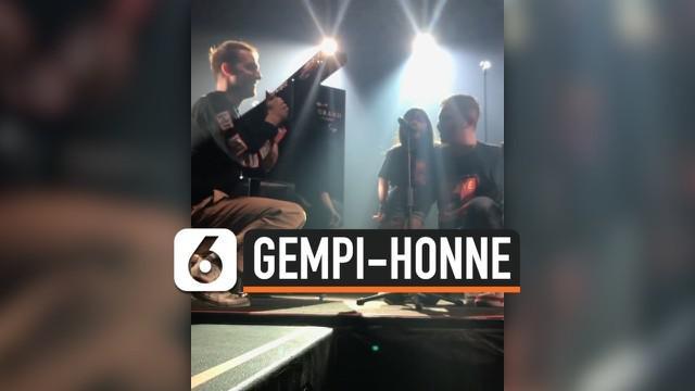 Gempita Nora Marten batal tampil bareng Honne saat konser. Meski demikian keduanya sempat bernyanyi bersama sebelum konser dimulai.