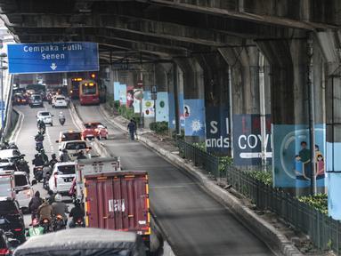 Sejumlah mural bertema protokol kesehatan Covid-19 menghiasi tiang pancang jalan tol di Jalan Ahmad Yani, Jakarta, Minggu (13/12/2020). Warna-warni mural ini dibuat oleh seniman dari berbagai daerah. (merdeka.com/Iqbal S. Nugroho)