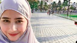 Prilly mengenakan mukena ungu muda saat bertandang ke Istanbul, Turki, akhir tahun 2018 lalu. (Liputan6.com/Instagram/@prillylatuconsina96)