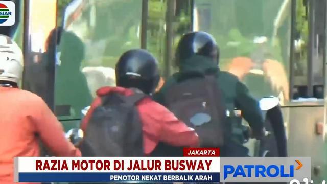 Pengendara yang nekad kabur, bahkan menyalip diantara bus Transjakarta dengan mengabaikan keselamatan mereka.