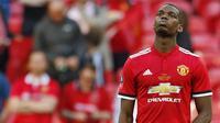 Gelandang Manchester United, Paul Pogba, tampak kecewa usai dikalahkan Chelsea pada laga final Piala FA 2017-2018 di Stadion Wembley, Sabtu (19/5/2018). Chelsea menang 1-0 atas Manchester United. (AFP/Ian Kington)