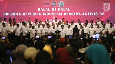 Presiden Joko Widodo memberi sambutan saat menghadiri Halalbihalal bersama aktivis 98 di Jakarta, Minggu (16/6/2019). Dalam silaturahmi tersebut Jokowi dihadiahi jaket bertuliskan Son Of Democracy Indonesia 98 . (Liputan6.com/Angga Yuniar)