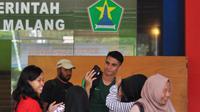 Kiper Timnas Indonesia U-22, Nadeo Argawinata, bersama penggemar di Malang, Jumat (8/2/2019). (Bola.com/Iwan Setiawan)