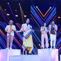 Kolaborasi enam penyanyi muda di malam puncak HUT SCTV ke-28. (Foto: Adrian Putra/Bintang.com)