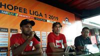 Pelatih Bali United Stefano Cugurra 'Teco' (tengah) dan Yabes Roni Malaifani pada konferensi pers jelang laga Shopee Liga 1 2019 melawan Bhayangkara FC. (Liputan6.com/Dewi divianta)