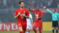 """Alexandre Pato merayakan golnya saat melawan South Hyundai Jeonbuk Korea di Liga Champions AFC  di Tianjin (14/3). Poster tersebut bertuliskan memohon Pato bermain bagus karena """"Dilraba menonton siaran langsung"""". (AFP Photo)"""