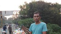 Chandra Kishore Patil berdiri di samping sungai Godavari India sambil membawa pluit untuk menghentikan para pembuang sampah plastik. (dok. Twitter @swethaboddu/ https://twitter.com/swethaboddu/status/1322370940831899648/Brigitta Bellion)