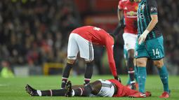 Pemain Manchester United, Romelu Lukaku terbaring usai benturan dikepala saat melawan Southampton pada lanjutan Premier League di Old Trafford, Manchester, (30/12/2017). MU hanya bermain imbang 0-0.  (AFP/Oli Scarff)