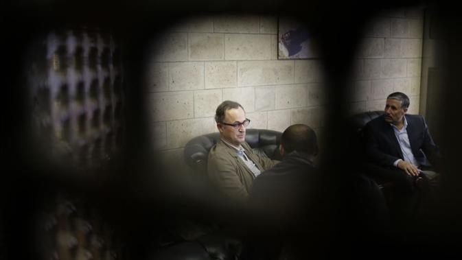 Mayjen Patrick Cammaert dari Belanda (tengah) yang memimpin tim advance PBB disambut saat tiba di Bandara Sana'a, Yaman, 22 Desember 2018. (AP File)