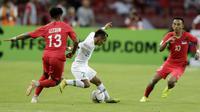 Gelandang Timnas Indonesia, Riko Simanjuntak, menggiring bola saat melawan Singapura pada laga Piala AFF 2018 di Stadion Nasional, Singapura, Jumat (9/11). Singapura menang 1-0 atas Indonesia. (Bola.com/M. Iqbal Ichsan)
