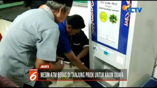 Biasanya, mesin ATM digunakan untuk menarik uang. Tapi di sebuah masjid di Jakarta Utara, ada mesin ATM yang bisa mengeluarkan beras untuk kaum dhuafa.