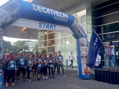 Peserta fun run saat mengikuti event lari bertajuk 'Run and Snap in Tangerang 5k' di Tangerang, Minggu (8/3/2020). Novotel Tangerang gelar event lari yang diikuti ratusan peserta. (Bola.com/Hendry Wibowo)