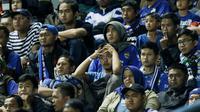 Suporter Persib tampak sedih usai dikalahkan PSM pada laga Piala Presiden di Stadion GBLA, Bandung, Jumat (26/1/2018). Persib tersingkir dari Piala Presiden 2018 setelah takluk 0-1 dari PSM. (Bola.com/M Iqbal Ichsan)