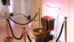 Toilet emas berlapis kulit tas Louis Vuitton dipamerkan dalam sebuah showroom di California, Los Angeles, 8 November 2017. Dibutuhkan 24 tas dengan kisaran harga yang juga berbeda untuk melapisi toilet emas itu. (Joe Scarnici/Getty Images for Tradesy/AFP)