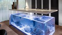 Dapur ini dihiasi dengan meja yang dikombinasikan dengan akuarium besar yang indah.