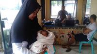 Tangisan bayi dari dalam kardus di pinggir sungai membuat heboh warga Kecamatan Kelapa Lima, Kota Kupang, Nusa Tenggara, Timur. (Liputan6.com/ Ola Keda)