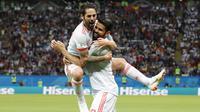 Gelandang Spanyol, Isco, merayakan gol yang dicetak Diego Costa ke gawang Iran pada laga grup B Piala Dunia di Kazan Arena, Kazan, Rabu (20/6/2018). Spanyol menang 1-0 atas Iran. (AP/Frank Augstein)