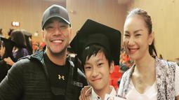 Pada tahun 2018 silam, keduanya terlihat kompak menghadiri upacara kelulusan buah hati mereka, Azkanio Nikola Corbuzier. Azka berhasil menyelesaikan pendidikannya di bangku sekolah dasar dan mendapatkan predikat lulusan terbaik. (Liputan6.com/Instagram/@mastercorbuzier)