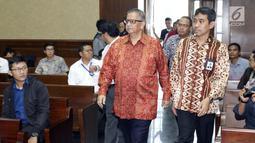 Terdakwa kasus dugaan suap proyek PLTU Riau-1, Sofyan Basir (tengah) bersiap menjalani sidang lanjutan di Pengadilan Tipikor, Jakarta, Senin (1/7/2019). Sidang beragendakan pembacaan tanggapan atas nota keberatan terdakwa oleh JPU KPK. (Liputan6.com/Helmi Fithriansyah)