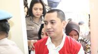 Terdakwa kasus First Travel Andika Surachman usai menjalani sidang di PN Depok, Jawa Barat, Rabu (30/5). Andika Surachman divonis 20 tahun penjara, sedangkan Anniesa Hasibuan di vonis 18 tahun penjara. (Liputan6.com/Herman Zakharia)