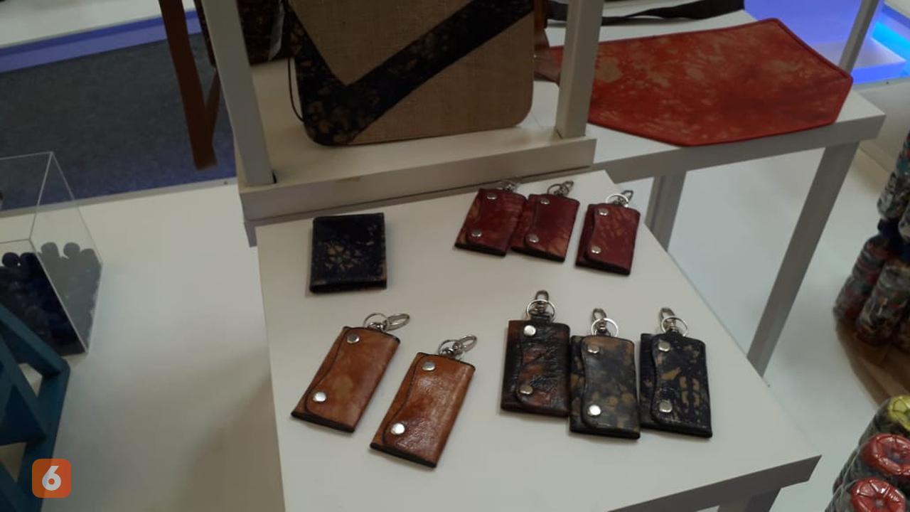 Gantungan kunci yang terbuat dari daur ulang kantong semen (Liputan6.com/Komarudin)