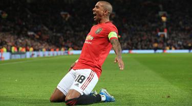 Bek Manchester United, Ashley Young, merayakan gol yang dicetaknya ke gawang AZ Alkmaar pada laga Liga Europa di Stadion Old Trafford, Manchester, Rabu (12/12). MU menang 4-0 atas AZ. (AFP/Lindsey Parnaby)