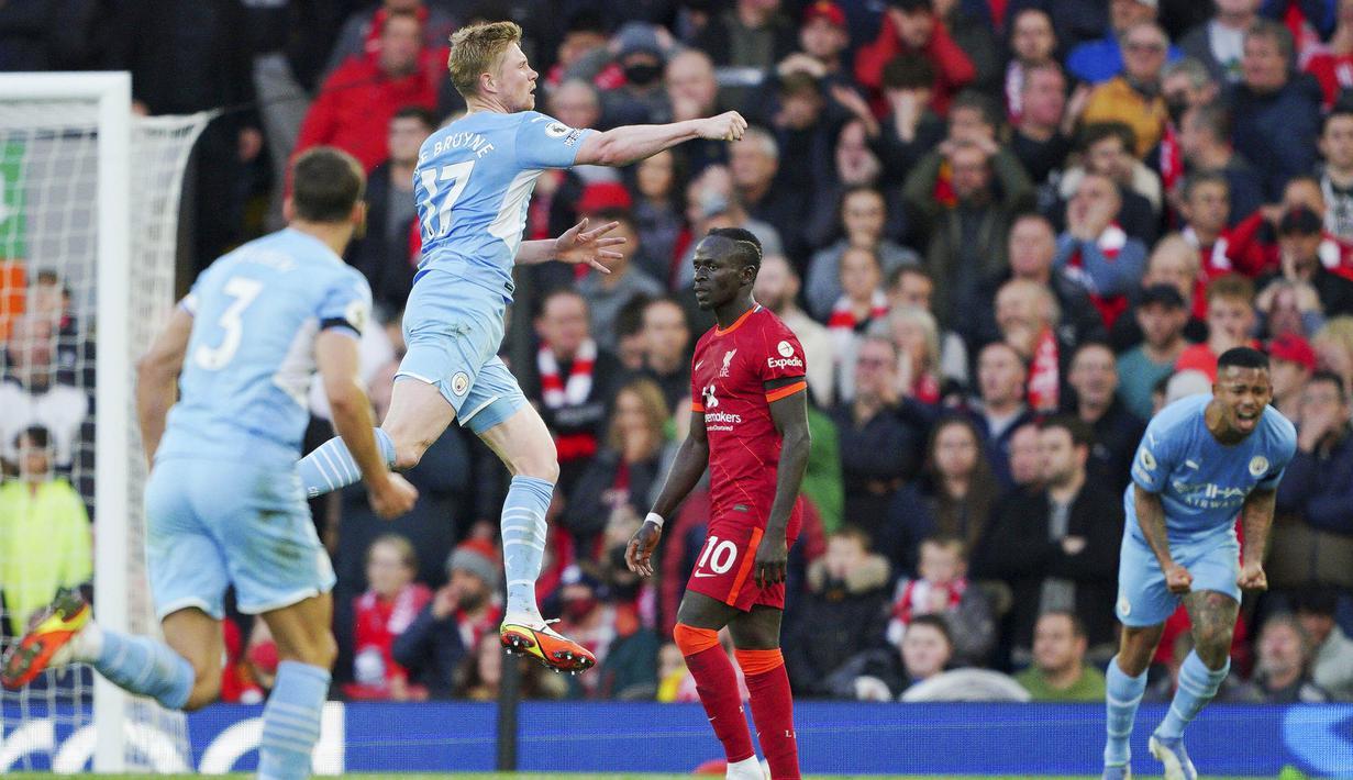 Drama berbalas gol terjadi saat Liverpool menjamu Manchester City pada laga Liga Inggris. Laga yang berlangsung di Stadion Anfield tersebut berakhir sama kuat 2-2. (AP/Peter Byrne)