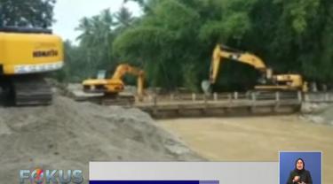 Empat alat berat dikerahkan untuk membersihkan lumpur banjir di Dolo Selatan, Sigi, Sulawesi Selatan.