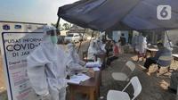 Suasana tes swab Covid-19 kepada para pedagang  di Pasar Sayur Cipulir, Jakarta Selatan, Kamis (25/6/2020). Kegiatan yang dilakukan kepada puluhan pedagang dan warga seputar pasar ini dalam rangka memutus mata rantai penyebaran penyakit corona. (merdeka.com/Arie Basuki)