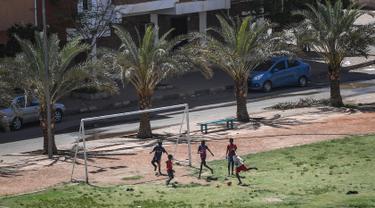 Anak-anak Sudan bermain sepak bola di Khartoum (23/4). Sudan merupakan negara yang terletak di timur laut benua Afrika. Sebelum referendum yang memisahkan Sudan menjadi dua bagian, Sudan merupakan negara terluas di Afrika dan di daerah Arab, serta terluas kesepuluh di dunia. (AFP Photo/Ozan Kose)