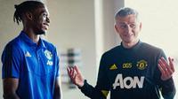 Pemain anyar Manchester United (MU) Aaron Wan-Bissaka dengan Manajer Ole Gunnar Solskjaer. (foto: twitter.com/ManUtd)