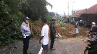 Longsor terjadi akibat hujan deras semalaman. (Liputan6.com/Panji Prayitno).