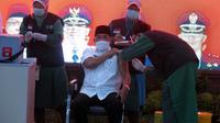 Pj Bupati Sidoarjo Hudiyono mendapat giliran pertama divaksinasi (Dian Kurniawan/Liputan6.com)