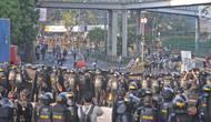 Polisi membuat barikade saat terjadi bentrok dengan massa aksi di kawasan Tanah Abang, Jakarta, Rabu (22/5/2019). Beberapa kelompok massa menggunakan benda-benda keras hingga mercon untuk menahan laju petugas keamanan. (Liputan6.com/Herman Zakharia)
