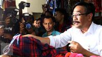 Wakil Gubernur DKI Jakarta Djarot Saiful Hidayat saat membeli kemeja di Pasar Rumput, Manggarai, Jakarta, Rabu (19/10). Djarot mendapat keluhan dari pedagang karena suasana pasar yang panas. (Liputan6.com/Gempur M Surya)