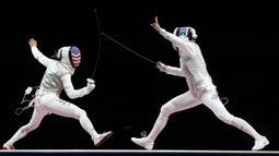 Atlet anggar Rusia Inna Deriglazova (kanan) dan atlet anggar Amerika Serikat Lee Kiefer bersaing dalam final anggar individu putri Olimpiade Tokyo 2020 di Chiba, Jepang, 25 Juli 2021. Lee Kiefer keluar sebagai juara. (AP Photo/Hassan Ammar)