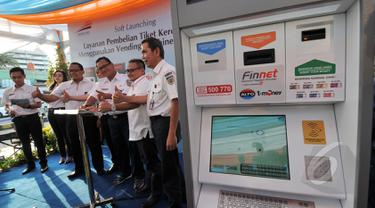 Direktur Utama PT Kereta Api Indonesia (KAI) Edi Sukmoro resmi meluncurkan fasilitas layanan kereta api terbaru di stasiun Senen, Jakarta, Jumat (13/3/2015). (Liputan6.com/Johan Tallo)