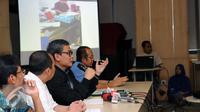 Plt Komisioner KPK, Johan Budi SP (ketiga kiri) menampilkan slide bukti saat jumpa pers terkait operasi tangkap tangan pejabat Pemerintah Kabupaten Musi Banyuasin di gedung KPK Jakarta, Sabtu (20/6/2015). (Liputan6.com/Helmi Fithriansyah)